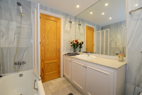 Belgravia club a 3 bedroomed townhouse to rent in for Z gallerie bathroom guest book