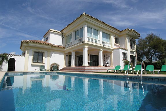Villa blanca is a holiday villa for rent in estepona spain for Spanish villa house